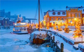 Der Duft von gebrannten Mandeln und Glühwein zieht durch die Gassen der Nordsee-Hafenstadt Husum.
