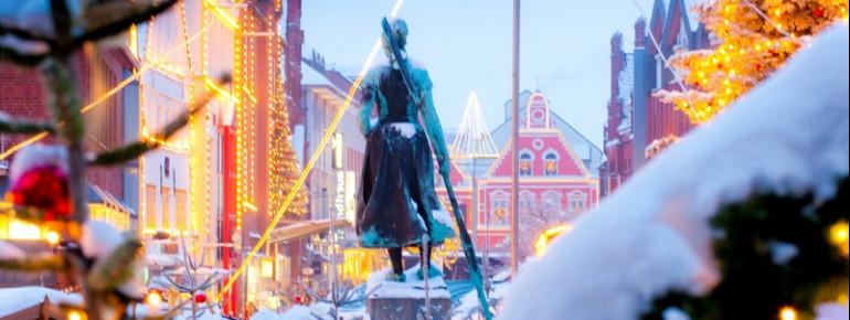Rund um den Tine-Brunnen findet im Advent der Husumer Weihnachtsmarkt statt.