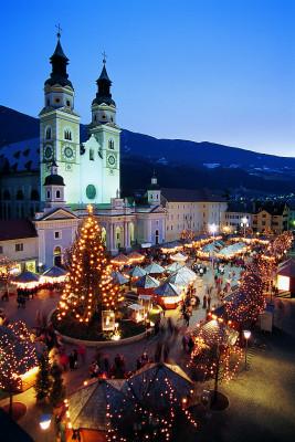 Lichterketten tauchen die Gassen der Bischofsstadt Brixen zur Weihnachtszeit in warmes Licht.