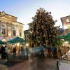 Vor dem Rathaus in der Altstadt von Lugano erwarten dich einige Stände und ein großer Weihnachtsbaum.
