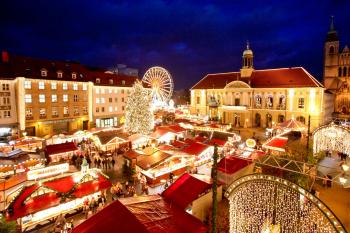 Der Alte Markt in Magdeburg erstrahlt zur Weihnachtszeit in hellem Lichterglanz.