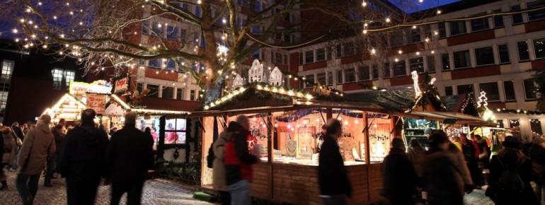 Blick auf den Weihnachtsmarkt im Rathausinnenhof in Münster.