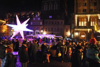 Der Weihnachtsmarkt hat auch in den Abendstunden noch geöffnet.