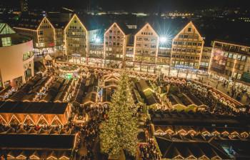 Von der Ulmer Münster hast du einen tollen Überblick über die über 130 Buden des Weihnachtsmarktes.