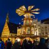 Die Weihnachtspyramide und der über 20 Meter hohe Weihnachtsbaum erstrahlen im Lichterglanz.