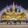 Der Rathausplatz erstrahlt im weihnachtlichen Lichterglanz.