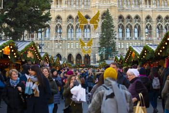 Die Buden des Christkindlmarktes werden seit 1975 jedes Jahr am Rathausplatz in Wien aufgebaut.