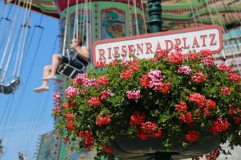 Eine Fahrt mit dem aufwändig verzierten Luftikus am Riesenradplatz begeistert kleine und große Praterbesucher.