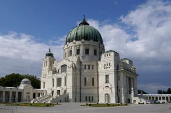 Blick auf die Kirche zum Hl. Karl Borromäus im Wiener Zentralfriedhof.