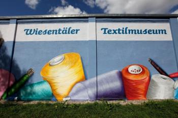 Blick auf das Gebäude des Wiesentäler Textilmuseums