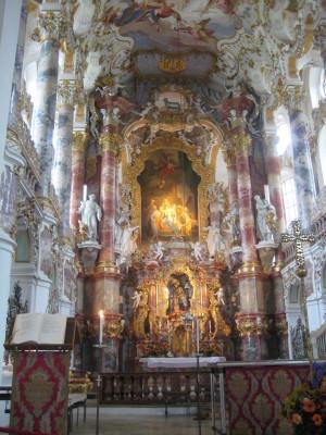 Die üppige Innendekoration der Wieskirche ist ein Meisterwerk des Rokoko.