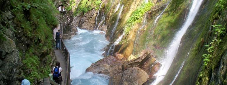 Wildromantisch stürzt sich das Wasser bei Ramsau in die Wimbachklamm.