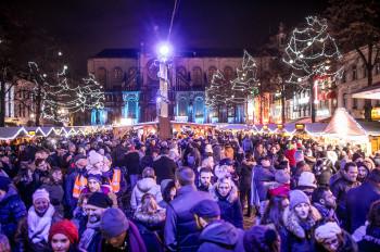 Der Winterwunder Weihnachtsmarkt lockt in der Vorweihnachtszeit zahlreiche Besucher in die Innenstadt.
