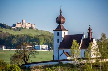 Blick auf die Zipser Burg und die Heilig-Geist-Kirche in Žehra. Auch sie zählt zum UNESCO-Weltkulturerbe.