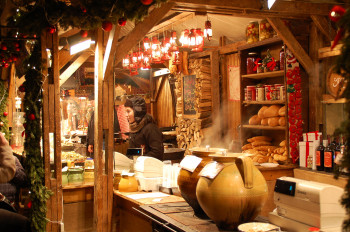 Numerous regional treats are sold at the Christmas market.