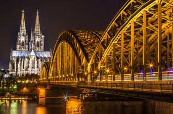 The cathedral and Hohenzollernbrücke by night.