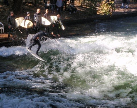 The wave on Eisbach surges up more than half a metre.