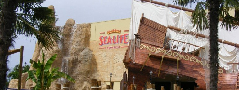 The entrance gives visitors a glimpse of the wonderful underwater adventures wating inside!