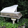 At Highgate Cemetery you will also find graves of famous artists such as the pianist Harry Thornton.