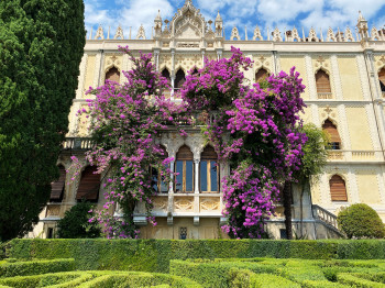 The flowering of the garden in combination with the Venetian villa is absolutely gorgeous