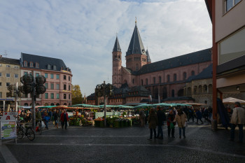 The cathedral stands directly on Mainz's market square.