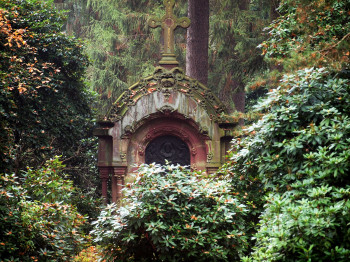 The park cemetery Ohlsdorf is Hamburg's largest green area with over 960 acres.