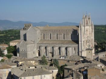 One can already spot Orvieto's landmark from afar