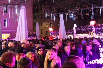 The crowd is a colourful mix: gay people and families meet tourists and party people.