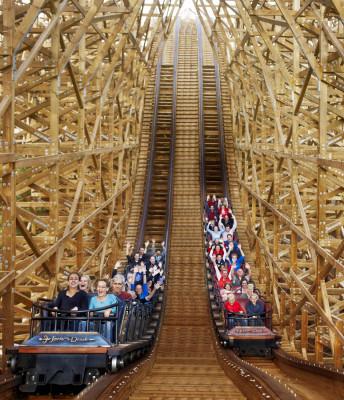 Two wagons race each other on the wooden rollercoaster Joris en de Draak.