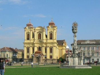 Frontal view of the Piața Unirii with the church in the background.