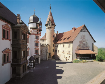 The castle is home to the German Castle Museum, attracting many curious visitors.