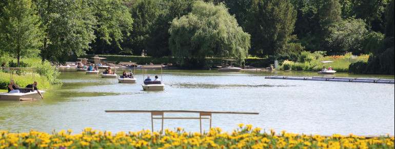 Gondoletta boats take the visitors around Lake Schwanensee and let them discover the surroundings as well as the fish in the lake itself.