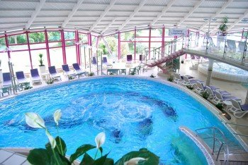 There are plenty of loungers around the thermal pool at Therme Bad Neuenahr.