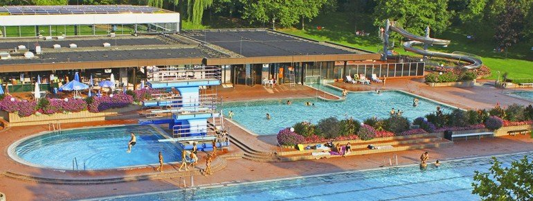 Diving tower, sports' pool, waterslide - there's really something for everyone at Schwarzwaldbad Bühl.