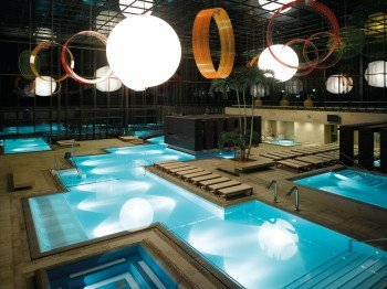 The interior also shines with perfect design. Light globes provide harmonious lighting into the evening hours. The 15 indoor pools are open all year round.