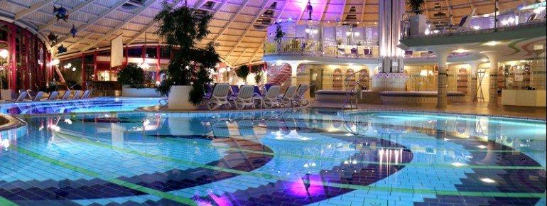 Das innenliegende Thermalbad der Ahr Thermen Bad Neuenahr ist nicht nur visuell ein Traum