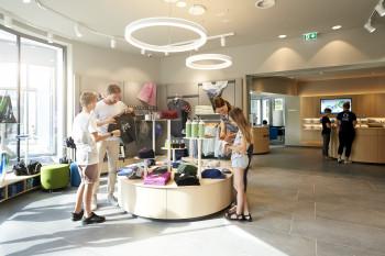 Blick in den Achensee Shop und das Welcome-Center.