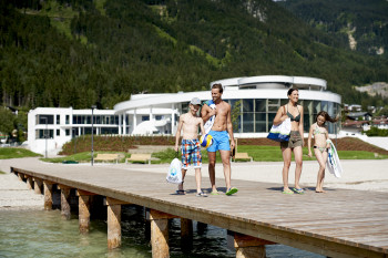 Das SEE-Bad bietet neben Liegefläche und Abenteuerspielplatz auch mehrere Stege ins Wasser.