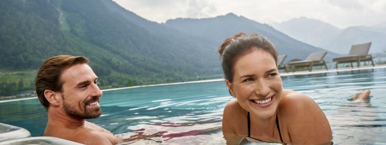 Einen tollen Blick auf die Tiroler Bergwelt hat man im Außenbecken des Atolls.