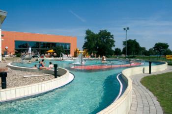 Im Außenbereich des Badelands Wolfsburg gibt es einen Strömungskanal.