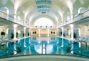 Das große Becken mit Massagedüsen bietet Entspannung pur.
