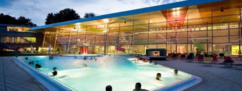 Die Therme glänzt auch architektonisch: besonders schön ist die breite Glasfront und die stimmungsvolle Beleuchtung.