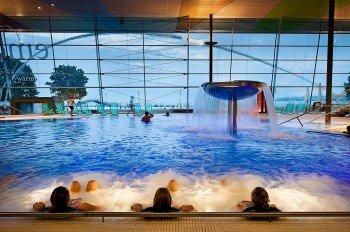 Das Innenbecken der Therme bietet mit Wassersprudlern, Nackenduschen, Massagedüsen und Fußreflex-Bodendüsen optimale Entspannungsbedingungen.