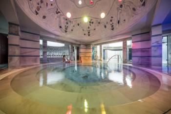 Das Mineralbad des Römisch-Irischen Bades ist geschmückt mit einer Kuppel des Künstlers Steivan Liun Könz.