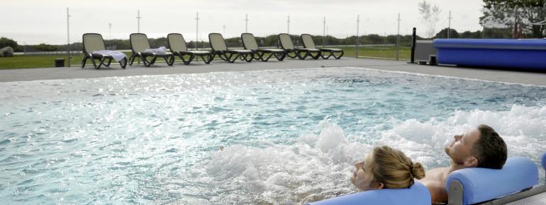 Auch im Außenbecken kannst du den Blick auf die Ostsee genießen.