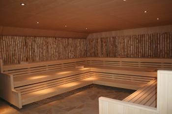 In der Finnischen Sauna finden regelmäßig Aufguss-Zeremonien statt.