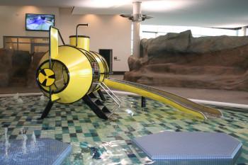 Im Kinderbecken steht die U-Boot-Rutsche.