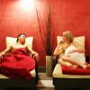 Nach dem Saunieren kannst du im Ruheraum entspannen.