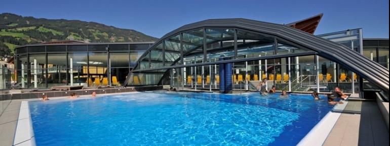 Insgesamt 1700 m² Wasserfläche erwarten dich in der Erlebnistherme Zillertal.