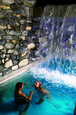 Wasserfall in der Felsentherme